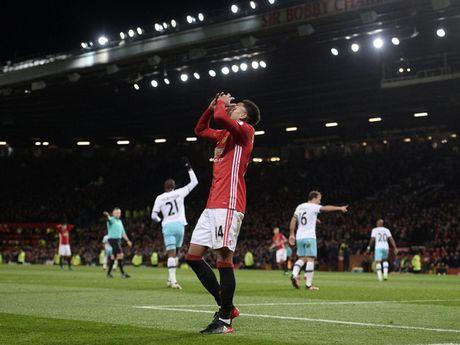 Mourinho bi duoi khi M.U hoa West Ham - Anh 1
