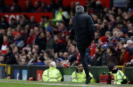 Mourinho bi duoi khi M.U hoa West Ham - Anh 2
