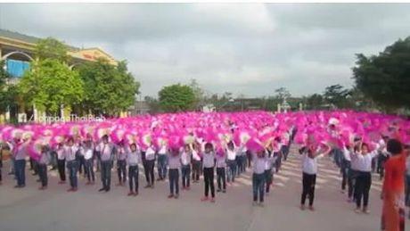 Thai Binh: Doc dao voi hinh anh 500 hoc sinh mua cheo - Anh 1