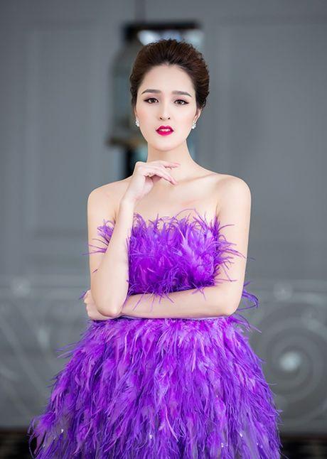 A hau Hoang Anh dep nhu thien nga, khoe vai tran goi cam giua troi dong Ha Noi - Anh 5