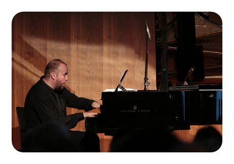 Nghe si piano Maciej Grzybowski giao luu am nhac tai Viet Nam - Anh 1