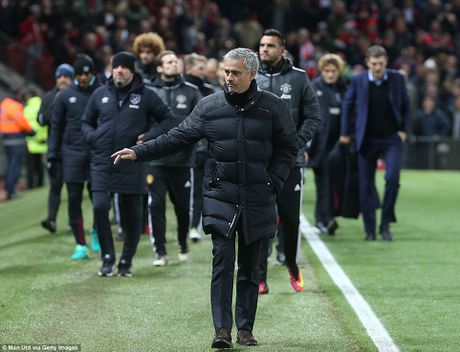 Rooney va Schweinsteiger khoai chi sau khi Mourinho bi trong tai duoi khoi san - Anh 5