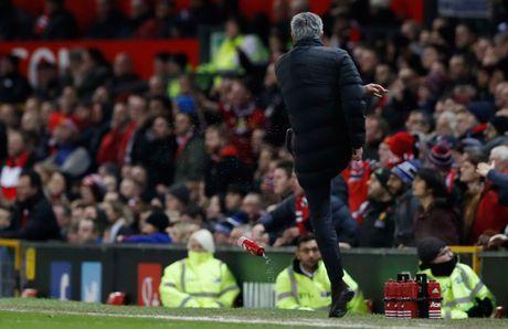 Mourinho bi cam chi dao 6 tran, 'Quy do' cang gap kho - Anh 2