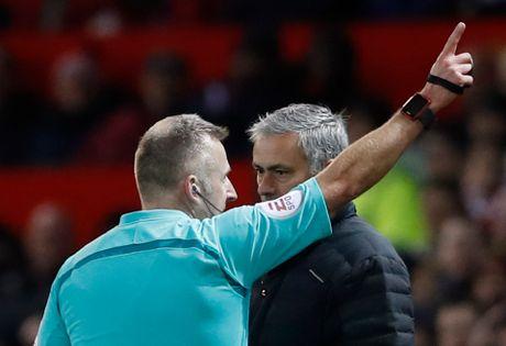 Mourinho bi cam chi dao 6 tran, 'Quy do' cang gap kho - Anh 3
