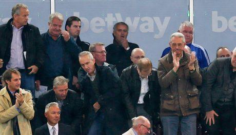 Mourinho bi cam chi dao 6 tran, 'Quy do' cang gap kho - Anh 4