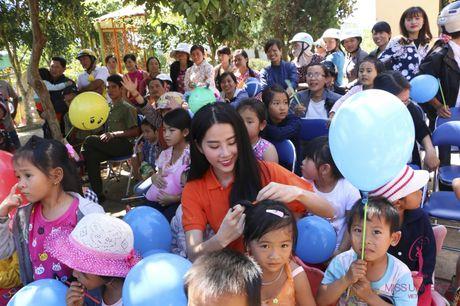 Hoa hau Pham Huong, A hau Le Hang, Nam Em cuoi may cay den voi tre em ngheo vung cao - Anh 11