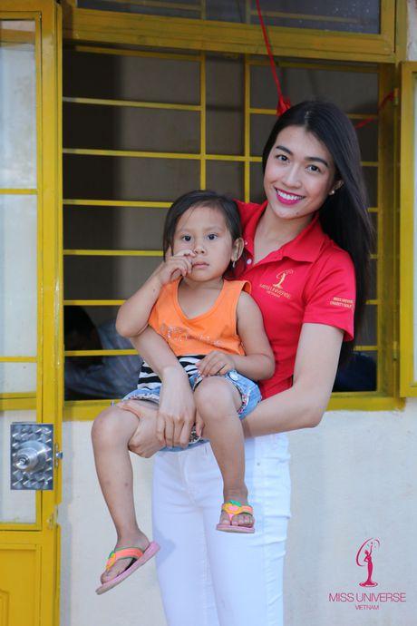 Hoa hau Pham Huong, A hau Le Hang, Nam Em cuoi may cay den voi tre em ngheo vung cao - Anh 7