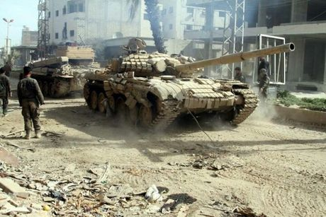 Xe tang quan doi Syria ban tan xe phien quan IS - Anh 1