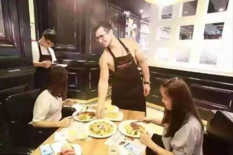 'Xit mau mui' voi dan nhan vien nha hang chi toan trai dep... khong ao - Anh 4
