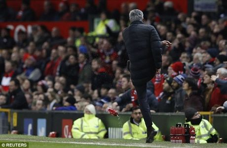 Da bay chai nuoc, HLV Mourinho bi duoi len khan dai - Anh 1