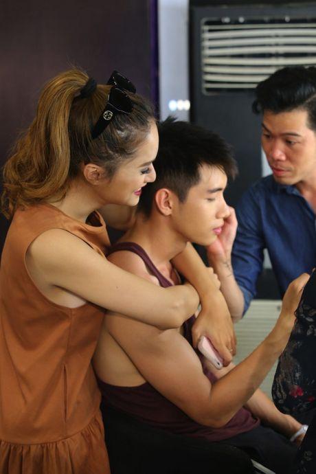 Hoang Oanh, Huong Giang xuc dong bat khoc khi xem Quang Dang mua duong dai - Anh 10