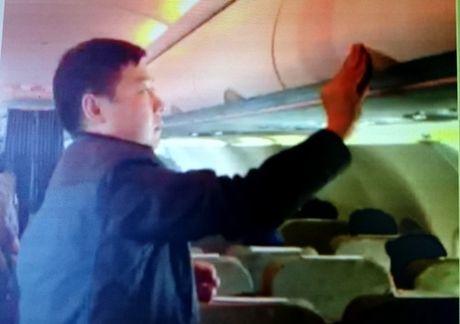 Bat them mot nguoi Trung Quoc trom tien tren may bay - Anh 1