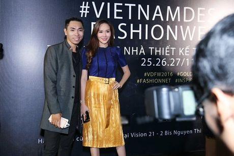 Hoa hau Kim Nguyen diu dang, khoe nhan sac 'xuan thi' dang ghen ti - Anh 1