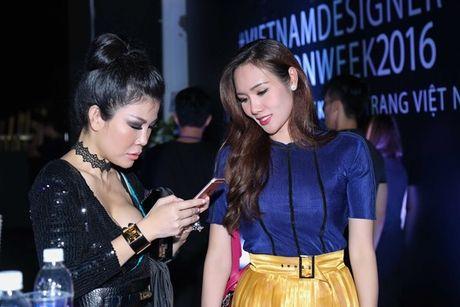Hoa hau Kim Nguyen diu dang, khoe nhan sac 'xuan thi' dang ghen ti - Anh 3
