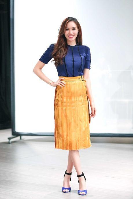 Hoa hau Kim Nguyen diu dang, khoe nhan sac 'xuan thi' dang ghen ti - Anh 4