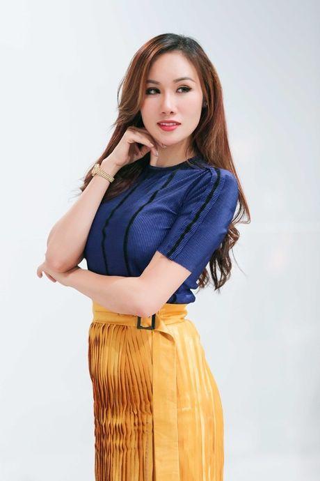 Hoa hau Kim Nguyen diu dang, khoe nhan sac 'xuan thi' dang ghen ti - Anh 5