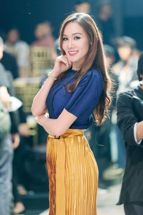 Hoa hau Kim Nguyen diu dang, khoe nhan sac 'xuan thi' dang ghen ti - Anh 6