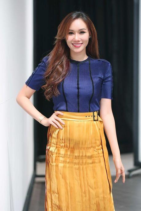 Hoa hau Kim Nguyen diu dang, khoe nhan sac 'xuan thi' dang ghen ti - Anh 7