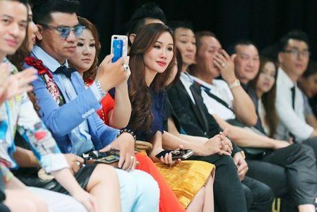 Hoa hau Kim Nguyen diu dang, khoe nhan sac 'xuan thi' dang ghen ti - Anh 8