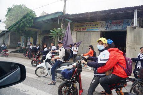 Nghe An: Hang tram hoc sinh vo tu 'bat chap' Luat Giao thong - Anh 2