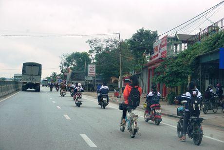 Nghe An: Hang tram hoc sinh vo tu 'bat chap' Luat Giao thong - Anh 3
