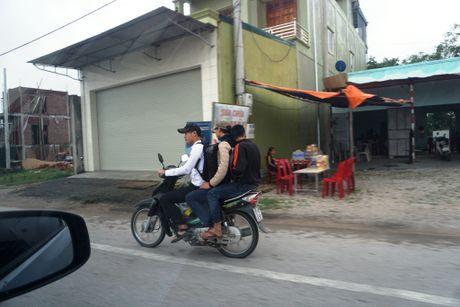 Nghe An: Hang tram hoc sinh vo tu 'bat chap' Luat Giao thong - Anh 4
