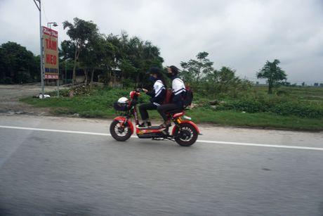 Nghe An: Hang tram hoc sinh vo tu 'bat chap' Luat Giao thong - Anh 8