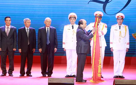 Nganh Chung khoan don nhan Huan chuong Doc lap hang nhi - Anh 2