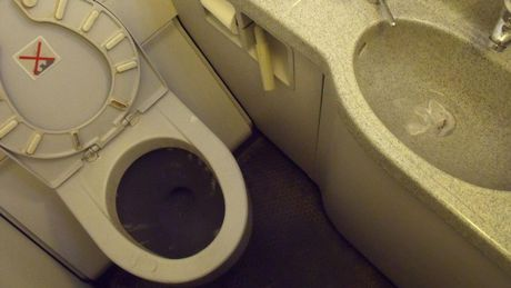 May bay ha canh khan cap vi… toilet bi nghet - Anh 1