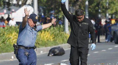 Canh sat Philippines pha thiet bi nghi la bom tai Dai su quan My - Anh 1
