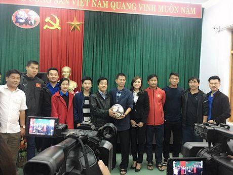 Theo chan U19 Viet Nam tham dong bao vung lu - Anh 2
