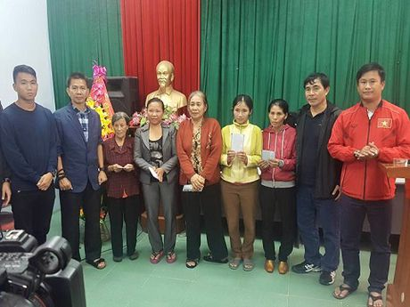 Theo chan U19 Viet Nam tham dong bao vung lu - Anh 3