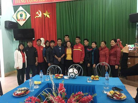 Theo chan U19 Viet Nam tham dong bao vung lu - Anh 6
