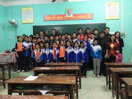 Theo chan U19 Viet Nam tham dong bao vung lu - Anh 7