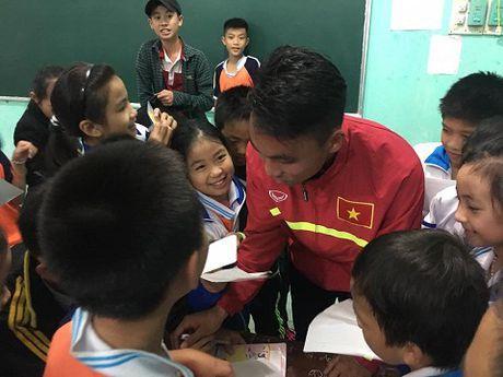 Theo chan U19 Viet Nam tham dong bao vung lu - Anh 8