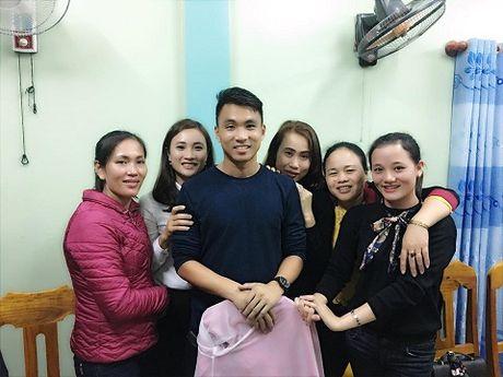 Theo chan U19 Viet Nam tham dong bao vung lu - Anh 9
