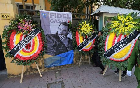Dong nguoi thanh kinh vieng Lanh tu Fidel Castro o Dai su quan Cuba - Anh 12