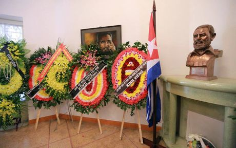 Dong nguoi thanh kinh vieng Lanh tu Fidel Castro o Dai su quan Cuba - Anh 16
