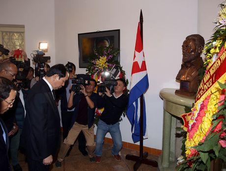 Dong nguoi thanh kinh vieng Lanh tu Fidel Castro o Dai su quan Cuba - Anh 2