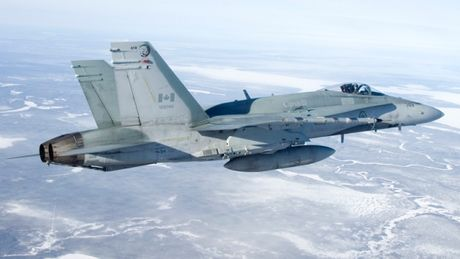 Chien dau co CF-18 cua Canada gap nan, phi cong thiet mang - Anh 1