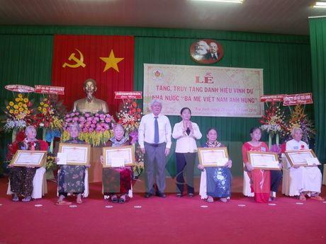 Phong tang, truy tang 111 me danh hieu 'Ba me Viet Nam Anh hung' - Anh 1
