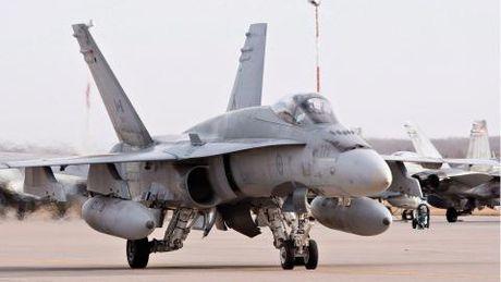 Sieu ong bap cay CF-18 lai roi, 1 phi cong tu nan - Anh 2