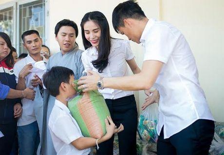 Cong Vinh dung tien thuong ung ho nan nhan sap nui da - Anh 1