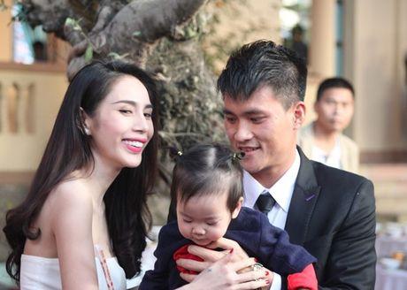 Cong Vinh dung tien thuong ung ho nan nhan sap nui da - Anh 2