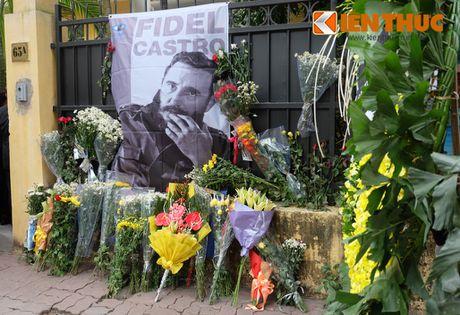 Nguoi dan Ha Noi xep hang dai vieng lanh tu Cuba Fidel Castro - Anh 15