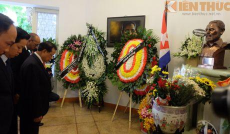 Nguoi dan Ha Noi xep hang dai vieng lanh tu Cuba Fidel Castro - Anh 5