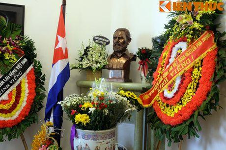 Nguoi dan Ha Noi xep hang dai vieng lanh tu Cuba Fidel Castro - Anh 9