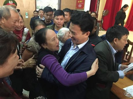 Chu tich tinh Ha Tinh lam nuc long hang tram ba con tieu thuong - Anh 2