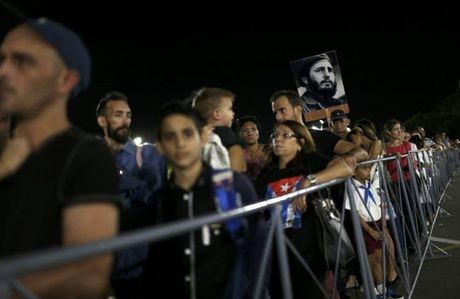 Mac nang gat, hang chuc ngan nguoi cho vieng lanh tu Fidel Castro - Anh 4