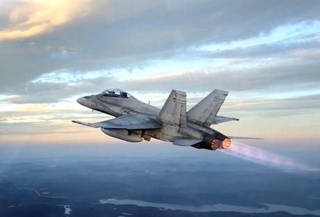 Chien dau co CF-18 Canada roi, phi cong tu nan - Anh 1